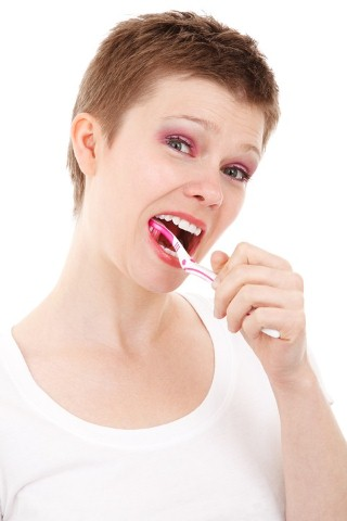a woman cleans her teeth